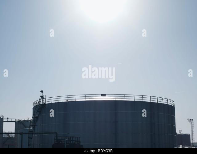 Industrielle Öltanks im Hafen Stockbild