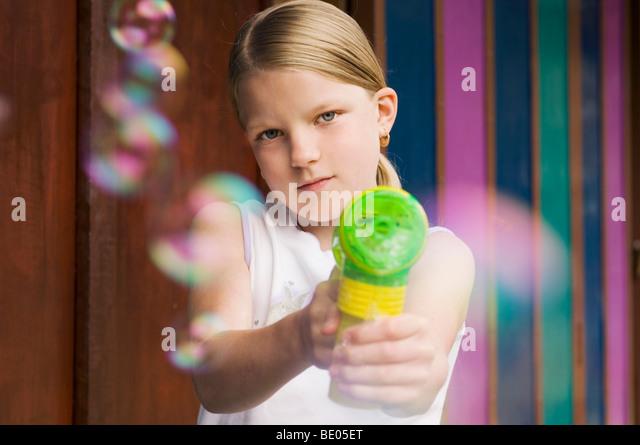 Mädchen mit Bubble Pistole Kamera Stockbild