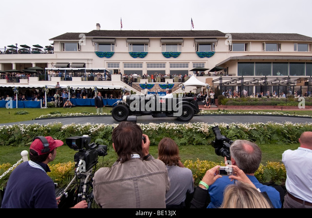 Bentley Automobile auf der großen Bühne vor der Lodge at Pebble Beach in Pebble Beach Concours d ' Stockbild