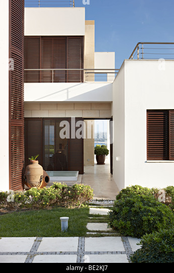 geometrische Ägäis Villa moderne Architektur hölzerne Blendenverschlüsse Stockbild