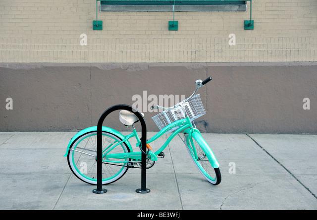 Ein Damenfahrräder gebunden an einen Fahrrad-Rechen in New York City Stockbild