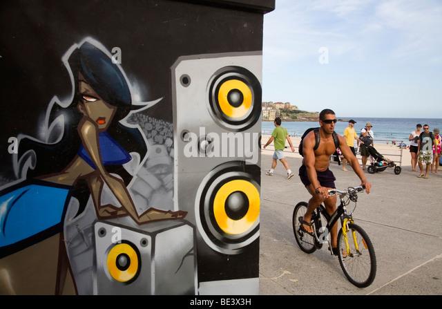 Graffiti-Kunstwerk und Einheimischen auf der Promenade am Bondi Beach. Sydney, New South Wales, Australien Stockbild