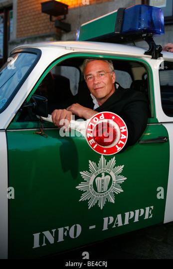 """Klaus J. Behrendt, Schauspieler, """"Tatort"""", deutsche TV-Krimi-Serie, sitzen in einem Polizeiauto Trabant Stockbild"""