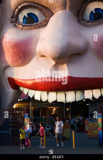 Familie am lächelnden Gesicht Eingang von Luna Park.  North Shore, Sydney, New South Wales, Australien Stockbild