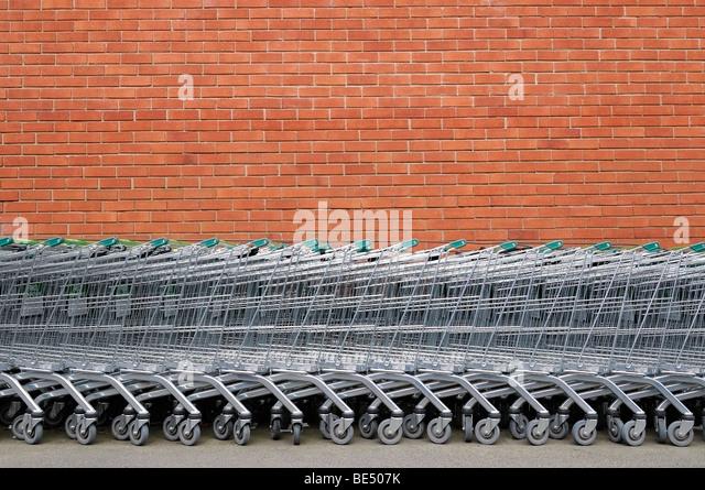 Einkaufswagen vor einem Supermarkt. Stockbild