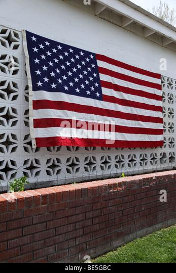 Amerikanische Flagge hängen an der Seite des Hauses Stockbild