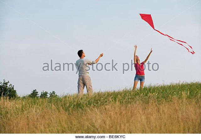 Ein junges Paar fliegen ein Rotmilan Stockbild