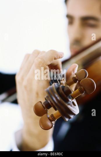 Geiger spielen Violine, close-up Stockbild