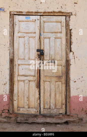 Alten Grunge Tür mit strukturierten Wand und alten Schloss Stockbild