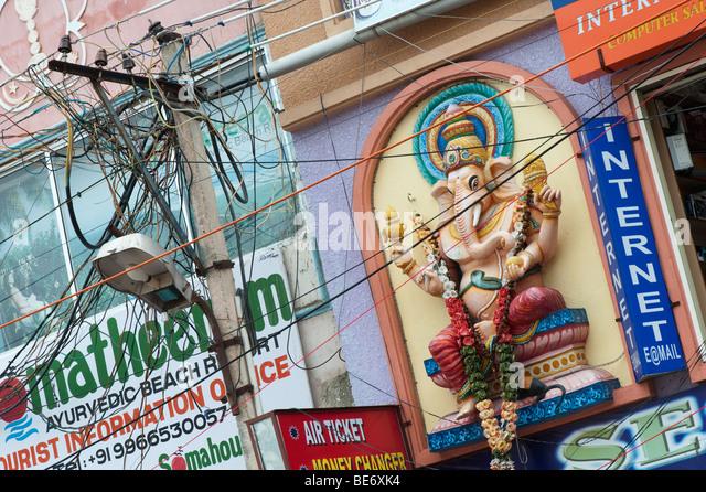 Indischer Strom Stromkabel in der High Street von Puttaparthi. Andhra Pradesh, Indien Stockbild
