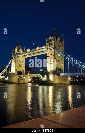 Tower Bridge bei Nacht, London, UK Stockbild