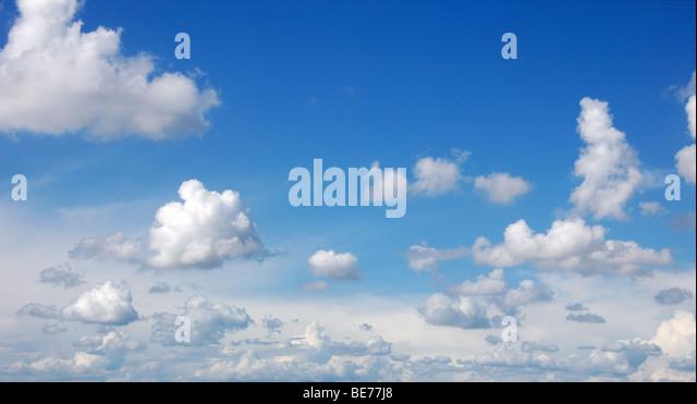 Blauer Himmel mit flauschigen Wolken im Sonnenschein am Tag, Panorama-Bild Stockbild