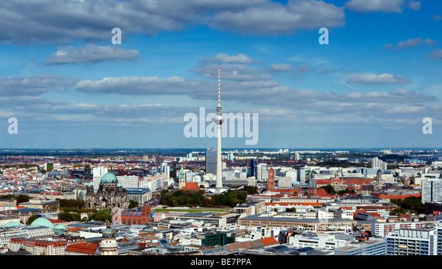 Blick auf Skyline von Berlin mit Fernsehturm am Alexanderplatz nach hinten Deutschland Stockbild