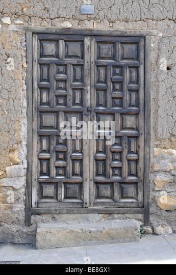 Alten Grunge Tür mit strukturierten Wänden Stockbild