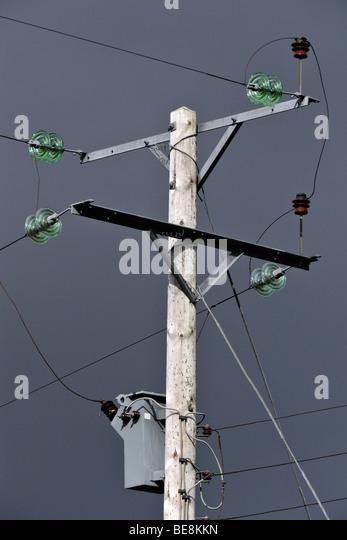 Obenliegende Elektrizität Stromkabel Speisung von Sutherland, Schottland. Stockbild