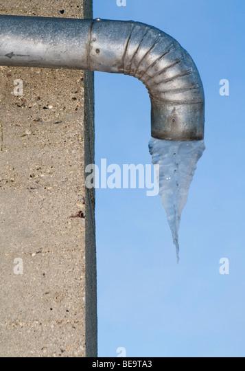 Metall-Abflussrohr mit gefrorenem Wasser unter Stockbild