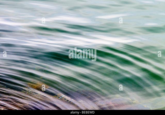 Wasser-abstrakt mit Highlights und Wellen Stockbild