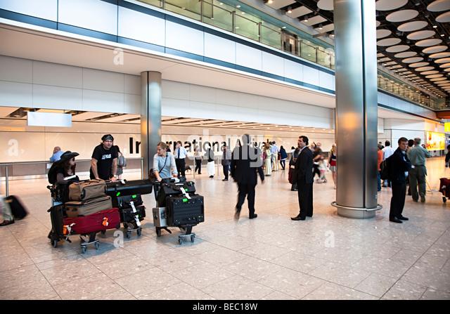 Menschen am internationalen Ankünfte Flughafen Heathrow London England UK Stockbild