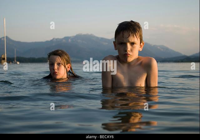 Kinder schwimmen im See Chiemsee, Bayern, Deutschland, Europa Stockbild
