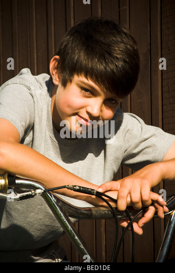 junge jungen Fahrrad bmx auf Fahrt Zyklus Radfahrer Radsport Kind Reiten Kinder coole trendige Mode Lächeln Stockbild