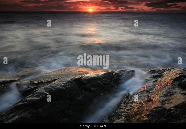 Sonnenuntergang und Küstenlandschaft bei Larkollen in Rygge Kommune, Østfold Fylke, Norwegen. Stockbild