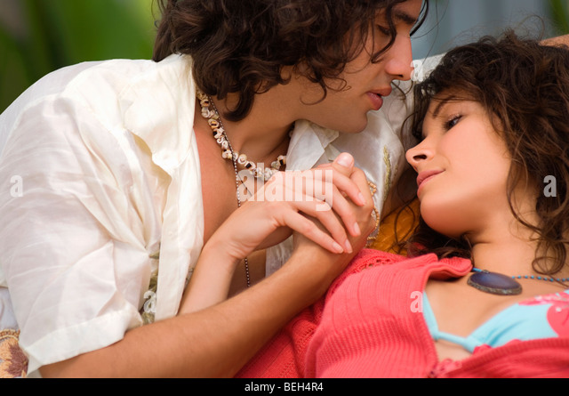 Ein junges Paar romancing in Nahaufnahme Stockbild