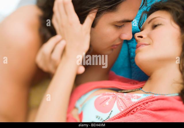 Ein junges Paar küssen einander in Nahaufnahme Stockbild