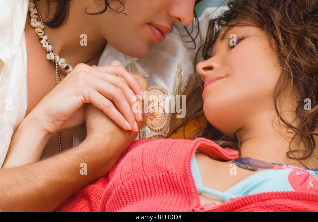 Junges Paar auf einer Couch sitzen und romancing Stockbild