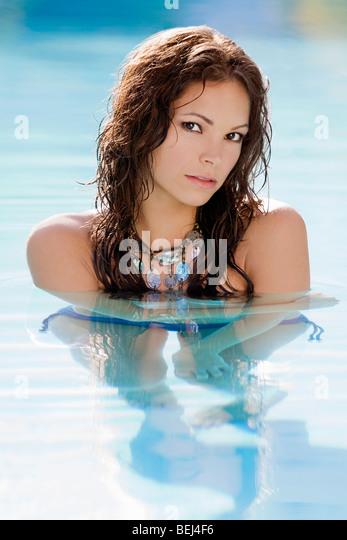 Porträt einer jungen Frau in einem Schwimmbad Stockbild