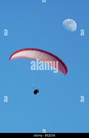 Gleitschirm in der Luft, niedrigen Winkel. Stockbild