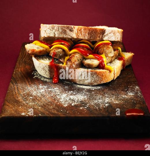 Wurstbrot mit Ketchup und Senf. Stockbild