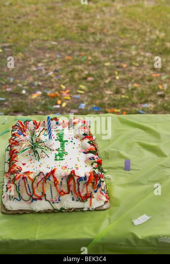 Nahaufnahme einer Geburtstagstorte auf einem Tisch Stockbild