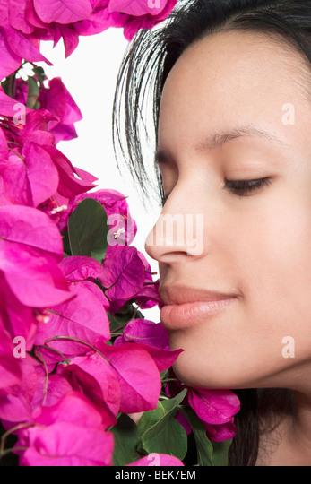 Nahaufnahme einer Frau Blumen riechen Stockbild