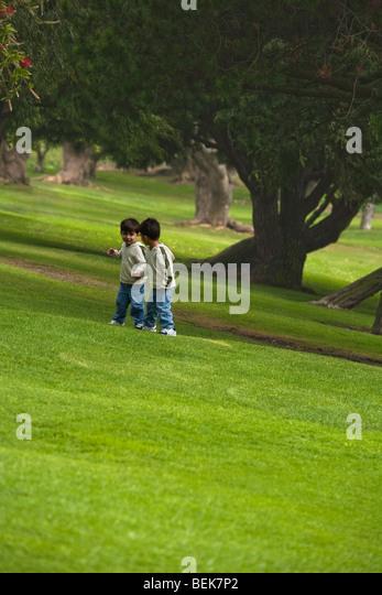 Zwei Jungs in einem Park spielen Stockbild