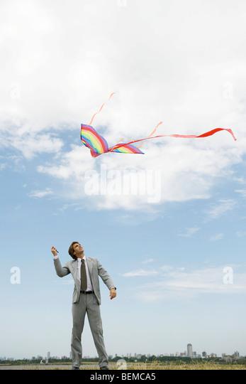 Geschäftsmann Drachen im Feld Stockbild