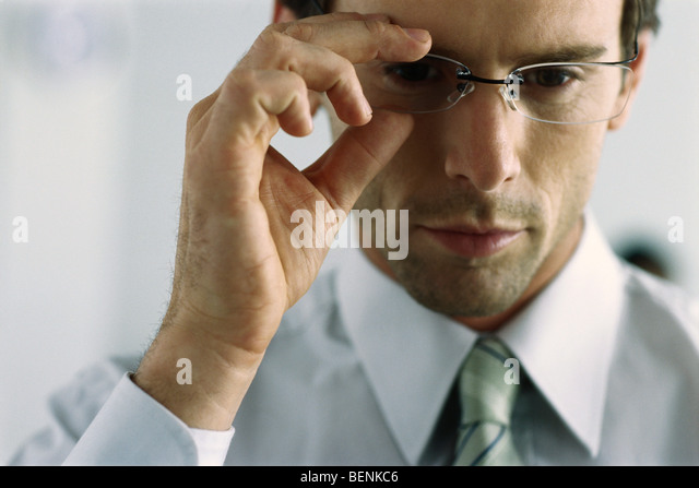 Junger Geschäftsmann Anpassung Brillen, portrait Stockbild