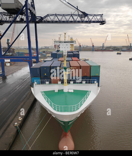 Containerschiff im Hafen Stockbild
