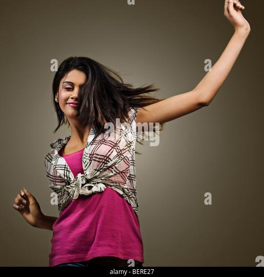 Junge Frau amüsiert sich Stockbild