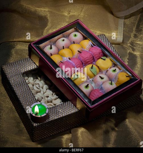 Kiste mit Süßigkeiten und Nüssen mit einem diya Stockbild