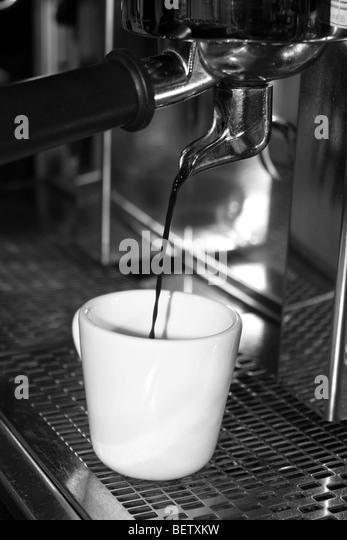 Frisch gemahlener Kaffee verzichtet wird durch eine Kaffeemaschine Stockbild