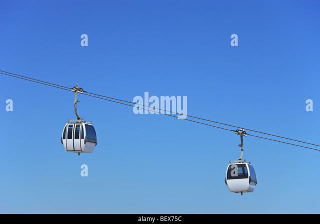 Zwei Luft-Kabel Kabinen vor blauem Himmel in Lissabon, Portugal Stockbild