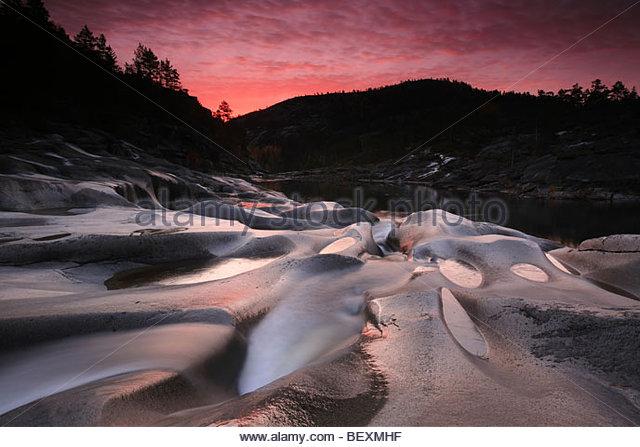 Soft-Rock-Formationen und Fluss-Stream auf Reinsfoss in Nissedal, Telemark Fylke, Norwegen. Stockbild
