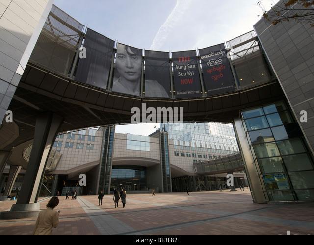 Gebäude des Europäischen Parlaments mit grosser kostenlose Banner für Aung San Suu Kyi. Brüssel, Stockbild