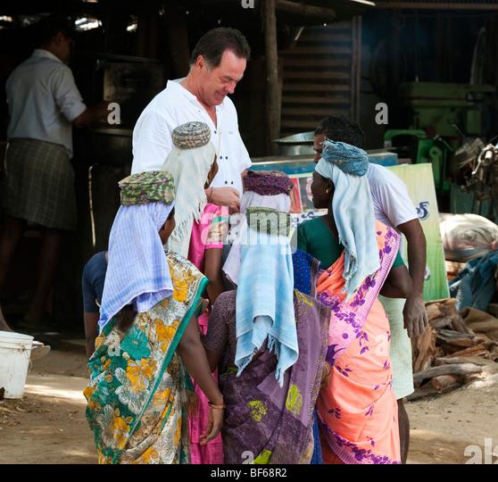 Westliche Touristen zeigt indische weibliche Straßenarbeiter ein digitales Foto Stockbild