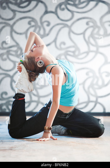 Junge Frau Gymnastik. Weiches helles Licht. Stockbild
