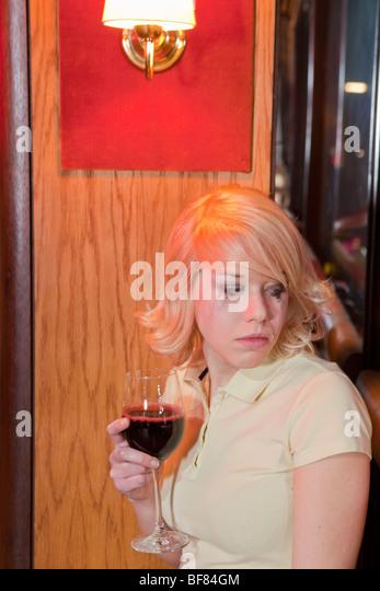 junge Frau im Club, Weinen Stockbild