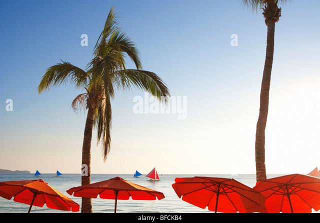 Rote Sonnenschirme und Segel Boote Boracay; Die Visayas; Philippinen. Stockbild