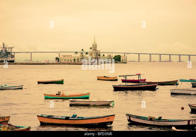 bunten Booten und Festung am Hafen in Rio mit Blick auf Südamerika längste Brücke Stockbild