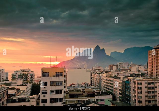 Blick über Tops von Wohngebäuden und Berge bei Sonnenuntergang in Ipanema, Rio de Janeiro Brasilien Stockbild