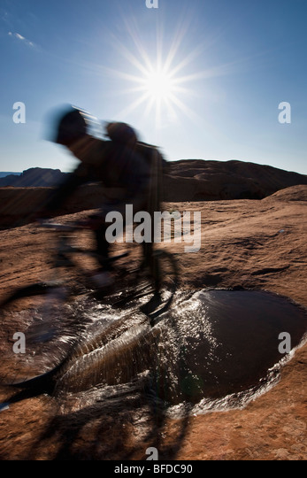 Mountainbiker fahren auf dem Slickrock Trail in Moab, Utah. (Bewegungsunschärfe) Stockbild